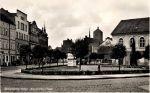 lata 30/40-te XX w. plac Adolfa Hitlera z widocznymi na kasynem, szkołą zamkową czy kościołem św. Katarzyny. Jednak uwagę zwraca widoczny na pierwszym planie hydrant nadziemny, co świadczy o istnieniu dobrze zorganizowanej sieci hydrantowej do celów przeciwpożarowych. Obecnie w Braniewie istnieją głównie hydranty podziemne.