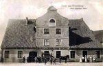hotel Schwarzer Adler (Czarny Orzeł) na zdjęciu z przed 1874 r. (wóczas pojawił się przed nim popmnik poświęcony braniewskim jegrom poległym w wojnie francusko-pruskiej 1870-1871). W pobliżu hotelu na początku XIX w. znajdowała się jedna z publicznych studni nowomiejskich zasilanych z strumienia Lipówka.