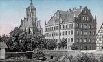 pocztówka przedstawiająca budynek główny seminarium oddany w 1876r. widoczny u dołu miejski mur obronny oraz z prawej strony spichrz, który spłonął w roku 1896.